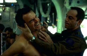 Sam Neill blir omilt behandlad i början av filmen