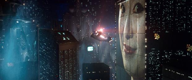 Flygande polisbilar sveper över LA i Blade Runner