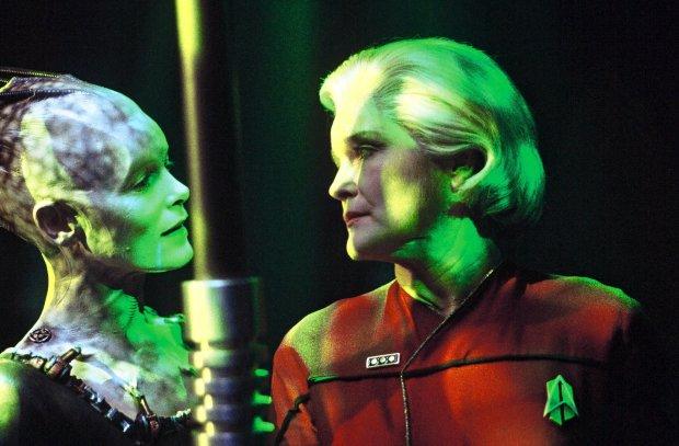 Den äldre Janeway reser tillbaka i tiden och möte Borg Queen