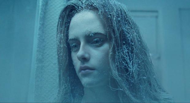 Kirsten Stewart blir nedfryst i kryosömn, men eftersom hon  är så stel från början så märker man knappt av den saken
