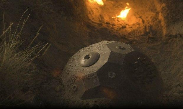 En satellit kraschar, täckt med ett mystiskt material som innehåller en dödlig smitta
