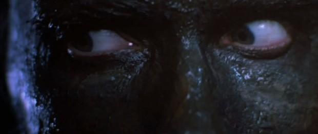 Dutchs ögon är det enda som syns i mörkret och leran