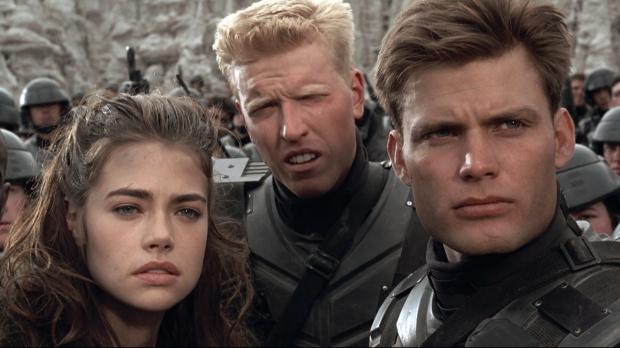 Carmen (Denise Richards), Ace (Jake Busey) och hjälten Rico (Casper van Dien)