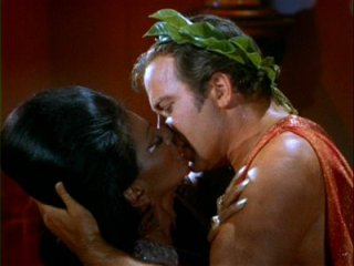 Kirk kysser Uhura i Star Trek - rashistoria skrivs