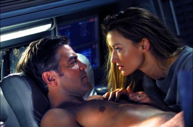 George Clooney och Natascha McElhone. Hon är död, men dyker ändå upp vid Solaris, skapad av hans undermedvetna