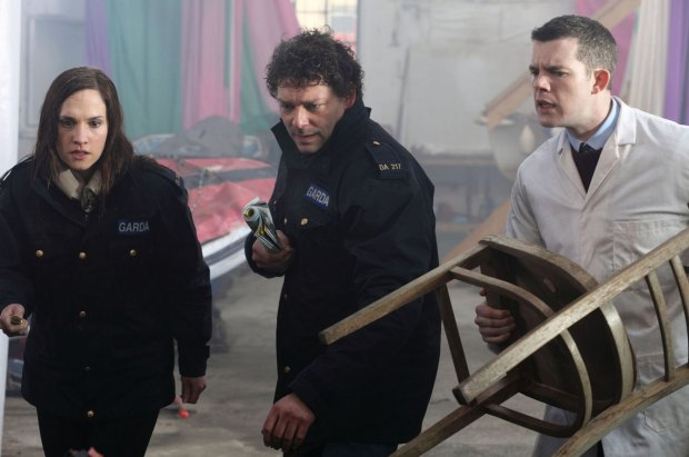 De båda poliserna Lisa och  Ciarán och forskaren Smith är de första som inser att ön invaderats av bläckfiskmonster