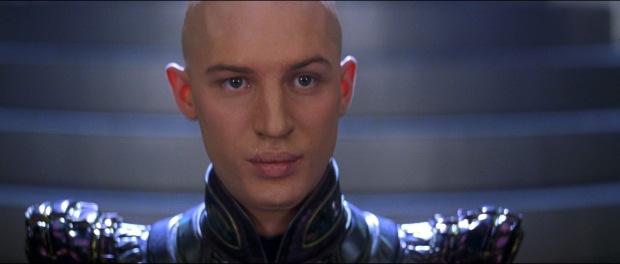 Shinzon, kung av Romulus, spelas av en ung Tom Hardy med lösnäsa.