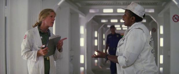 Doctor Lazarus (Frances Sternhagen) är cool
