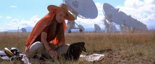 Ellie (Jodie Foster) sitter och lyssnar, och lyssnar