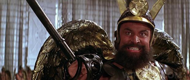 Åh, Brian Blessed! Han spelar Prins Vultan, ledare för hökmännen, med rungande gapskratt och galet stirrande blick. We love Brian Blessed!