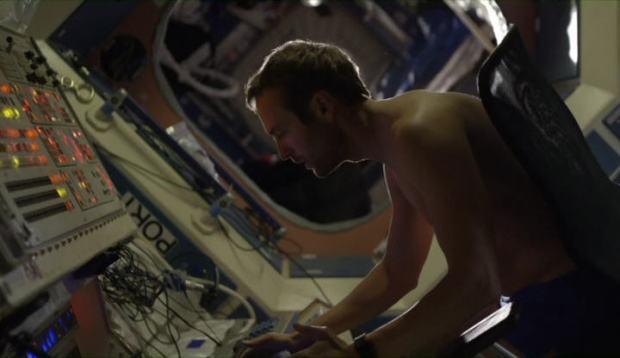 Astronauten försöker desperat få kontakt med Jorden