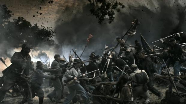 Inbördeskriget skymtar förbi i några korta scener