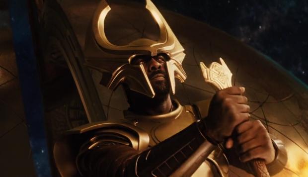 Heimdall (Idris Elba) styr maskinen som öppnar maskhålet, AKA Bifrost