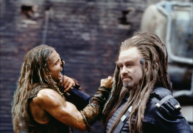 Jonnie (Barry Pepper) tillbringar stor del av historien med att bli strypt av Terl (John Travolta)