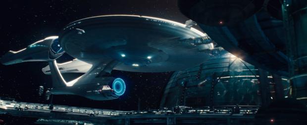 """Upp i rymden! Här ligger USS Enterprise i rymddockan och väntar. """"Lets go get this son of a bitch"""" - och nu får vi se JJ Abrams namn och besättningen på bryggan"""
