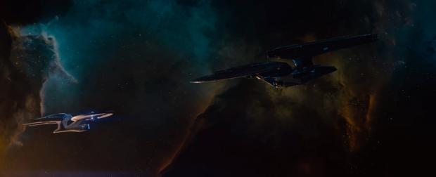 Nu börjar det bli intressant - vad är det här för jättestor, svart version av USS Enterprise? Det är tydligt ett fientligt Starfleetskepp - och Enterprise är uppenbart i underläge