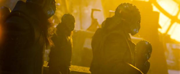 """Fyra personer landar i en stor sal - och ta-daa: där står vad som bara kan vara klingons! """"We're outnumbered, outgunned"""" säger Uhura."""