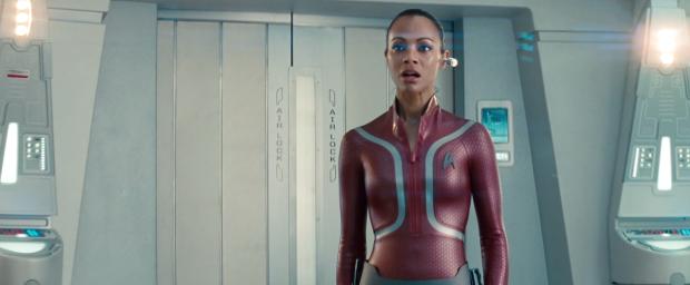 """Cumberbatch hånar Kirk: Du kan inte ens garantera din egen besättnings säkerhet. Uhura ser bekymrad ut. """"Sir, there's a ship coming"""""""