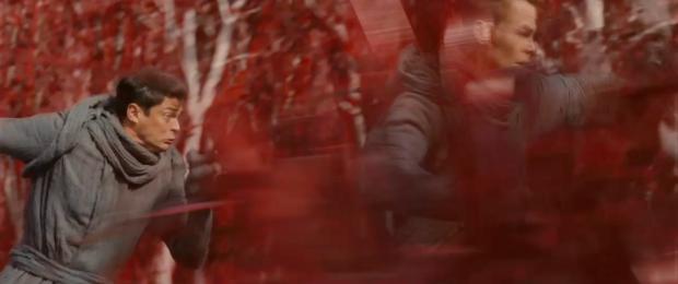Dr McCoy (Karl Urban) och Kirk (Pine) flyr för sina liv på en röd planet, genom bushen. De hoppar ut för ett stup och ned i havet