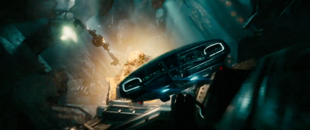 """""""The ship's dead sir"""" säger Scotty. """"No, she's not"""" säger Kirk. Och så får vi se en glimt av den Millennium Falcon-liknande farkosten som vi sett i andra trailers"""