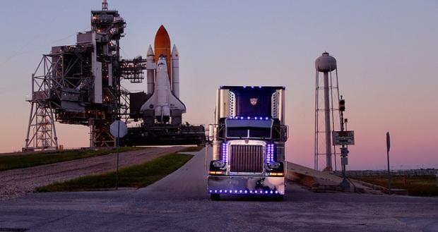Optimus framför rymdfärjan. Inspelat på plats i Florida