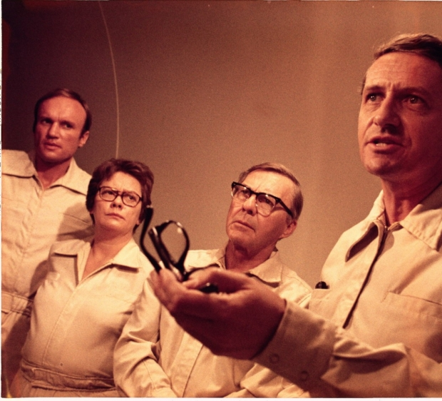 Forskarteamet i Wildfiregruppen. I originalromanen var alla män, men till filmatiseringen gjordes Dr Peter Leavitt om till Ruth Leavitt