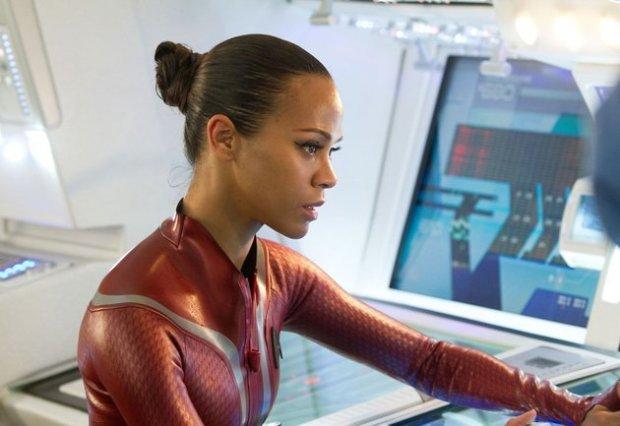Uhura har en större roll i den här filmen, om än främst som kärlekspartner till Spock