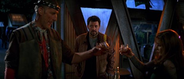 Cochrane och Troi dricker ikapp i First Contact