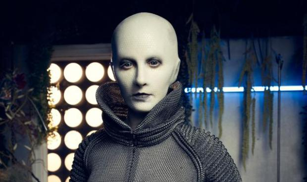 Trenna Keating spelar Doc Yewll, Defiances doktor, som är av rasen Indogene