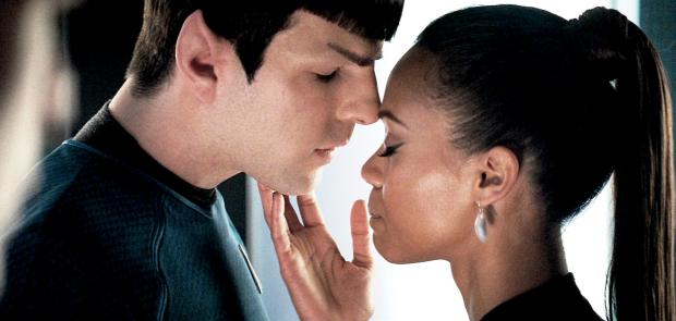 Spock (Quinto) och Uhura (Zoë Saldana) har en fling
