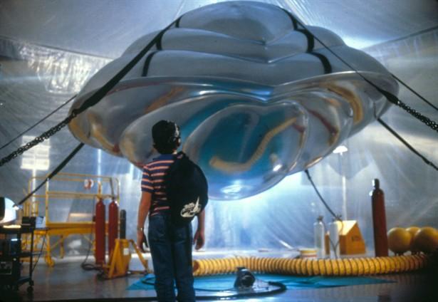 David möter rymdskeppet/roboten Max, som är välmenande men kan förstöra Davids liv