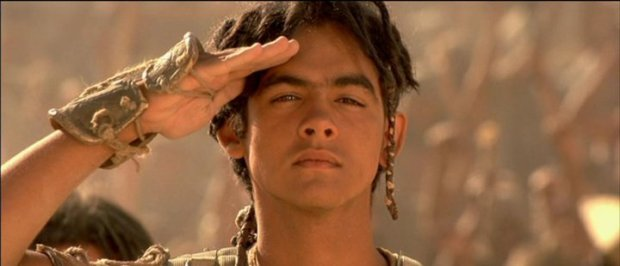 Alexis Cruz spelar pojken Skaara, som blir överstens bäste vän och stand-in-son