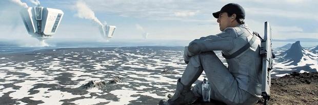 Jack (Tom Cruise) sitter och blickar ut över de torn han är mekaniker för