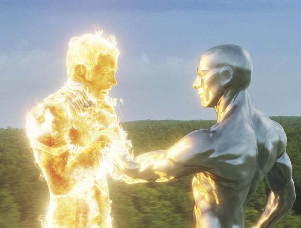 Chris Evans är Human Torch, som stöter på Silver Surfer