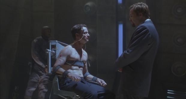 Är Spencer (Gary Sinistre) verkligen en replikant, som polisen (Vincent D'Onofrio) tror?