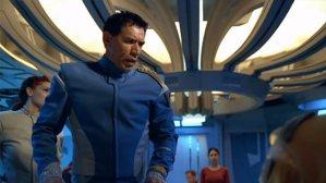 Kaptenen påminner lite om William Adama från Galactica