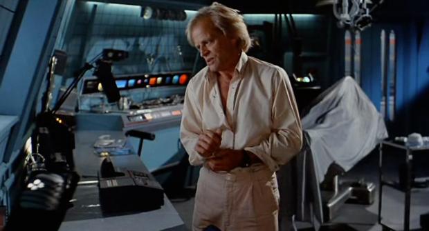 Doktor Daniel (Klaus Kinski) i sitt labb