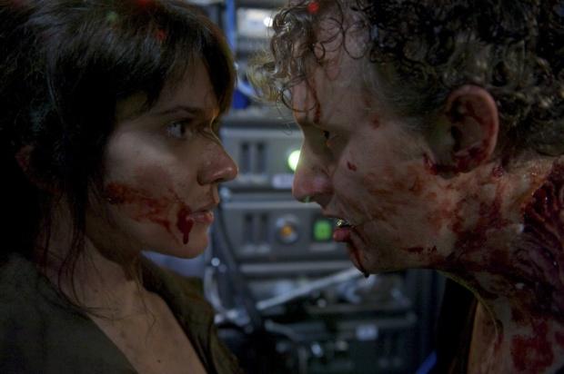 Amy Matysio som Ava och Michael Therriault som Bruce i Stranded