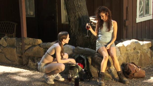 Tjejerna blir varma, och beslutar sig för att dricka lite vin ur glas de hade med sig i ryggsäcken