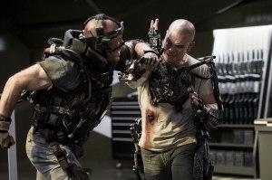 Matt Damon (till höger) i Columbia Pictures' ELYSIUM.