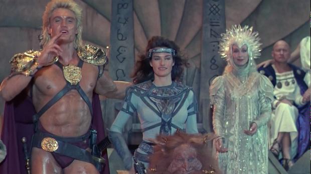 He-Man (Dolph Lundgren) tillsammans med Teela (Chelsea Field) och The Sorceress of Grayskull ( Christina Pickles)