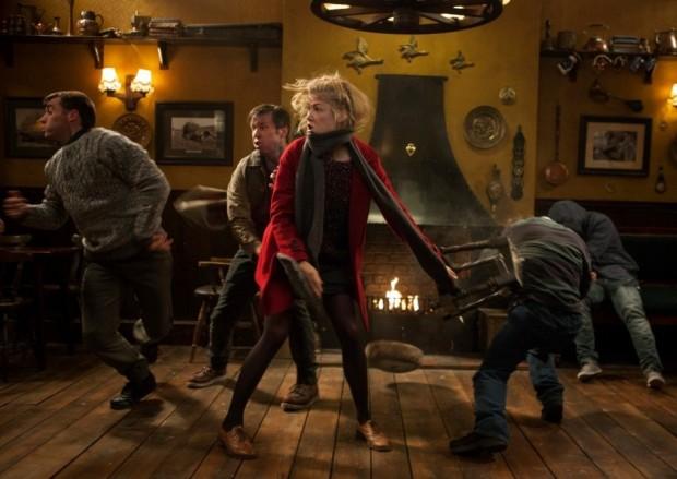 Rosamund Pike har ett bra coola fightscener