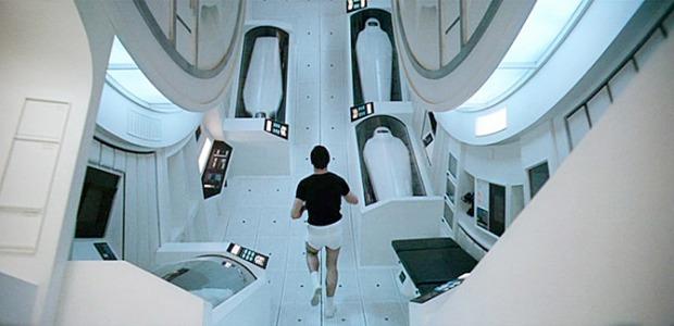 2001 - astronaut joggar förbi kryotuberna där resten av besättningen sover