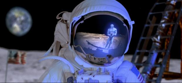 Dr Manhattan visar sig för en astronaut på månen