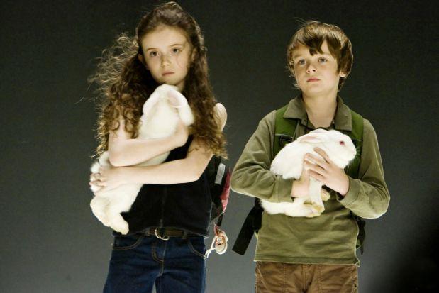 Två vita barn är de enda som får överleva