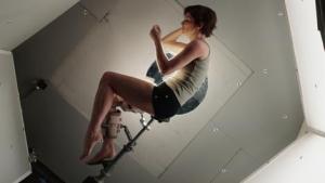 Sandra sitter med ena benet låst i position för återfödelsescenen. Det andra fick datoranimeras