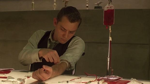 Jude Law är Jerome, som bjuder på sitt blod för att Vincent ska kunna föreställa honom