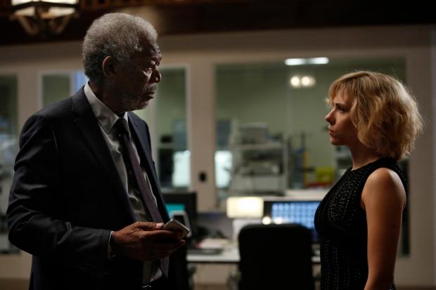 Morgan Freeman och Scarlett Johansson i Lucy