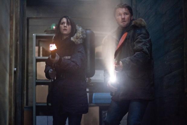 Mary Elizabeth Winstead och Joel Edgerton i The Thing 2011
