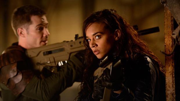 Dutch (Hannah John-Kamen) är Killjoys obestridliga ledare, här med  den äldre av bröderna Jaqobis (Luke Macfarlane)